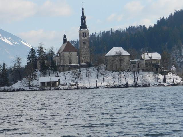 Isoletta al centro del lago di Bled con la Chiesa di Santa Maria Assunta