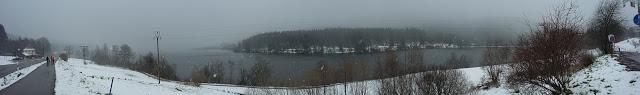 Veduta panoramica del Lago di Schluchsee in una fredda giornata primaverile
