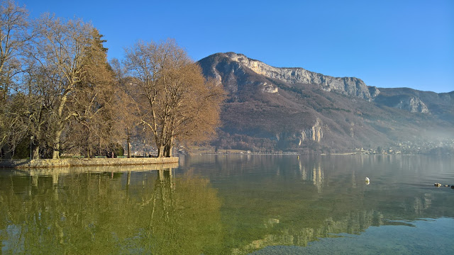 Il lago di Annecy circondato dalle montagne