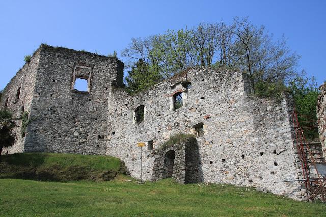 La Camera dei tre laghi che diede i natali a San Carlo Borromeo nella Rocca di Arona