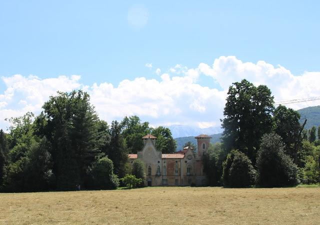 Castello di Miradolo visto dal suo immenso Parco all'inglese