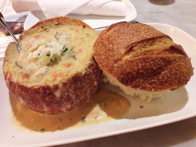 Clam Chowder nella tazza di pane mangiata a San Francisco